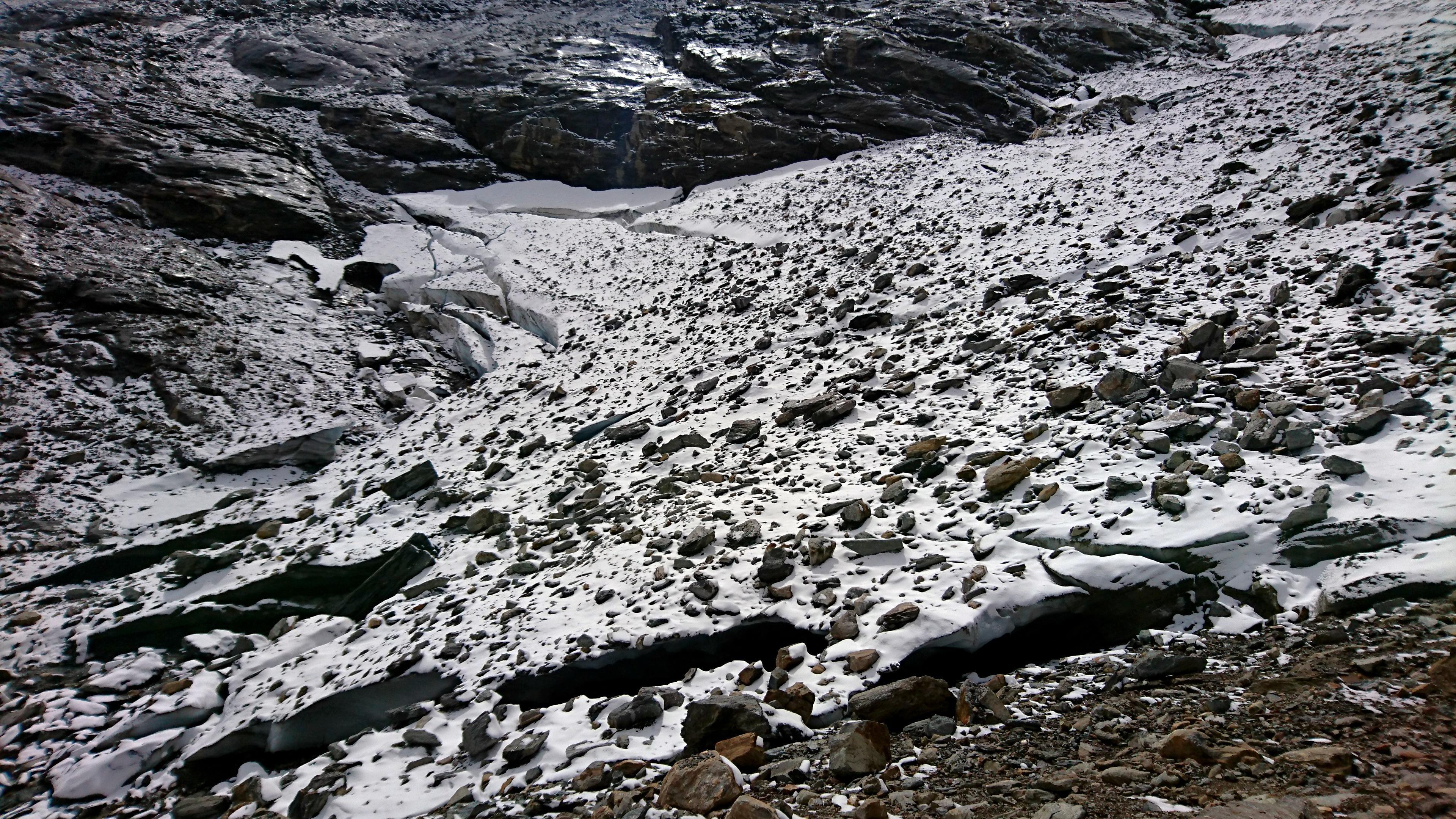 risaliamo tenendoci alla destra (faccia a monte) del ghiacciaio