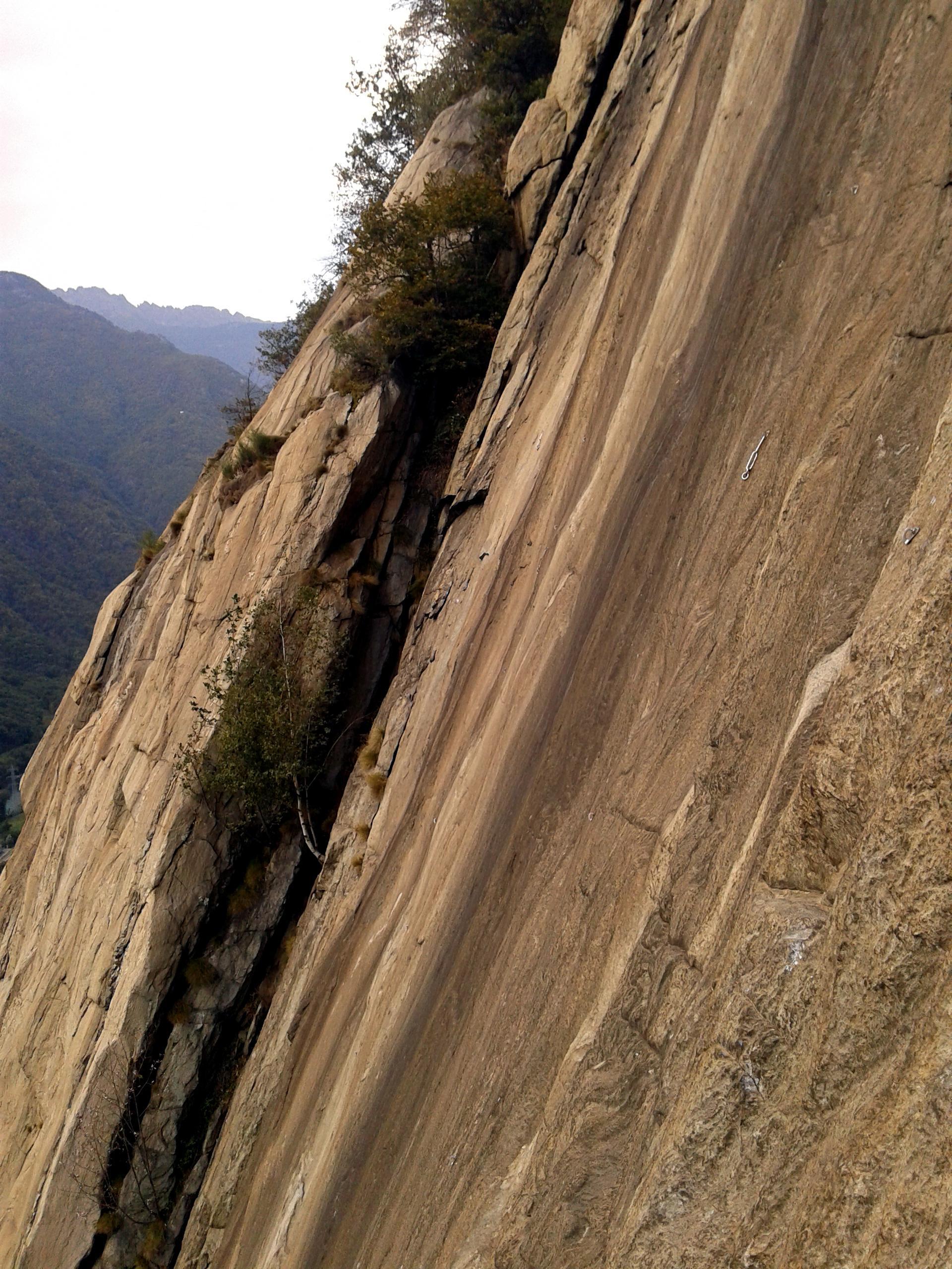 Vista della parete accanto alla sosta del secondo tiro di Bucce d'arancia...praticamente uno scivolo verso il baratro