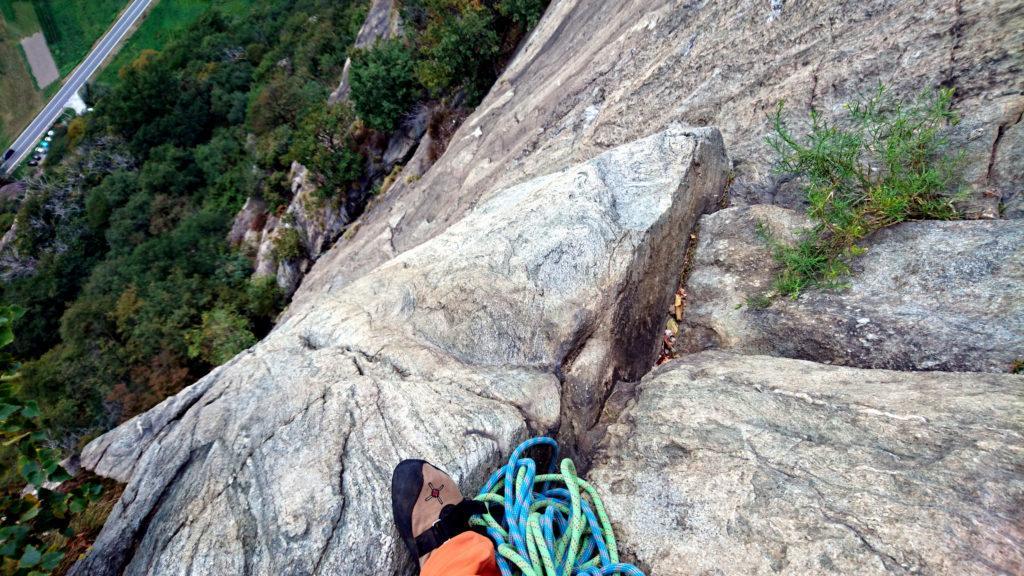 Vista dalla sosta del secondo tiro verso il basso. Una bella e vertiginosa placca verticale!!