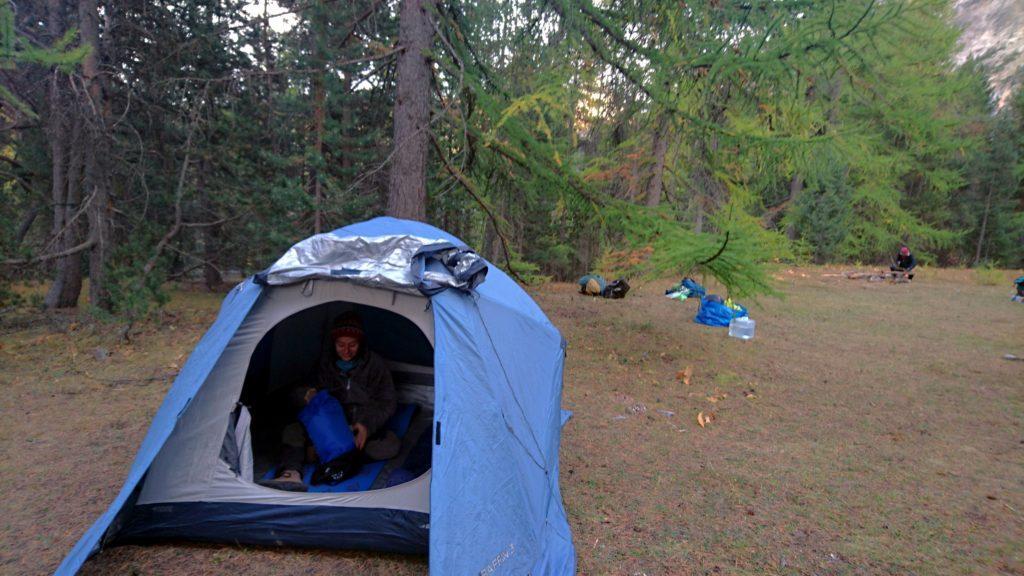Arrivati nel nostro luogo segreto in valle Stretta, piantiamo la tenda e prepariamo le cose per la notte