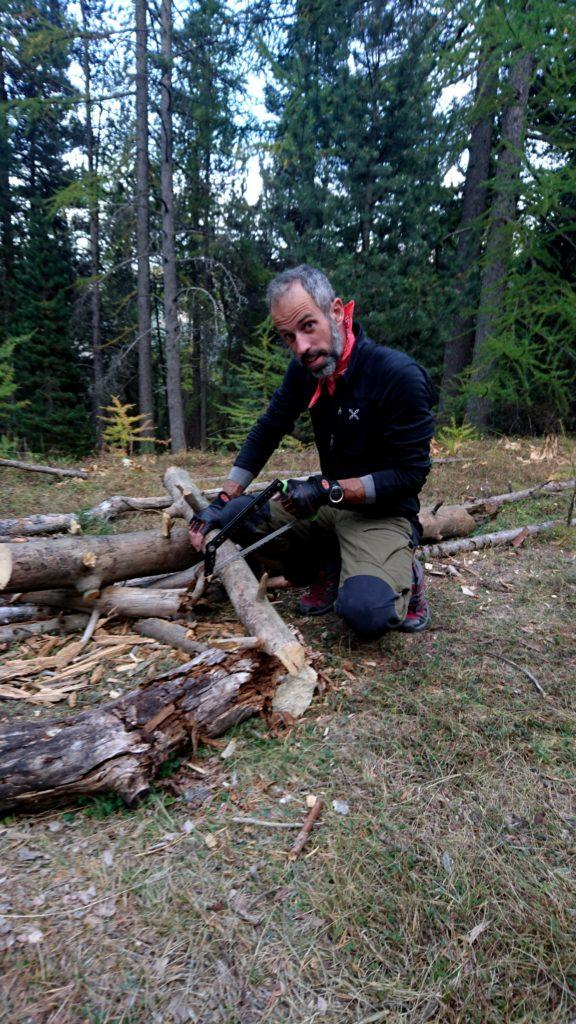 Samu intanto inizia a lavorare di seghetto preparando legna grossa per i fuochi che ci attendono
