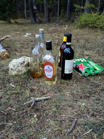 Le nostre scorte alcooliche per la serata prevedono: 3 birre da 33cl, 1 birra da 66cl, 1 bottiglia di sangiovese, 2 bottiglie di Merlot (non in foto), un assaggio di rakia, 1/4 di bottiglia di whisky e 3/4 di boccia di genepi. A posto così..... ;)