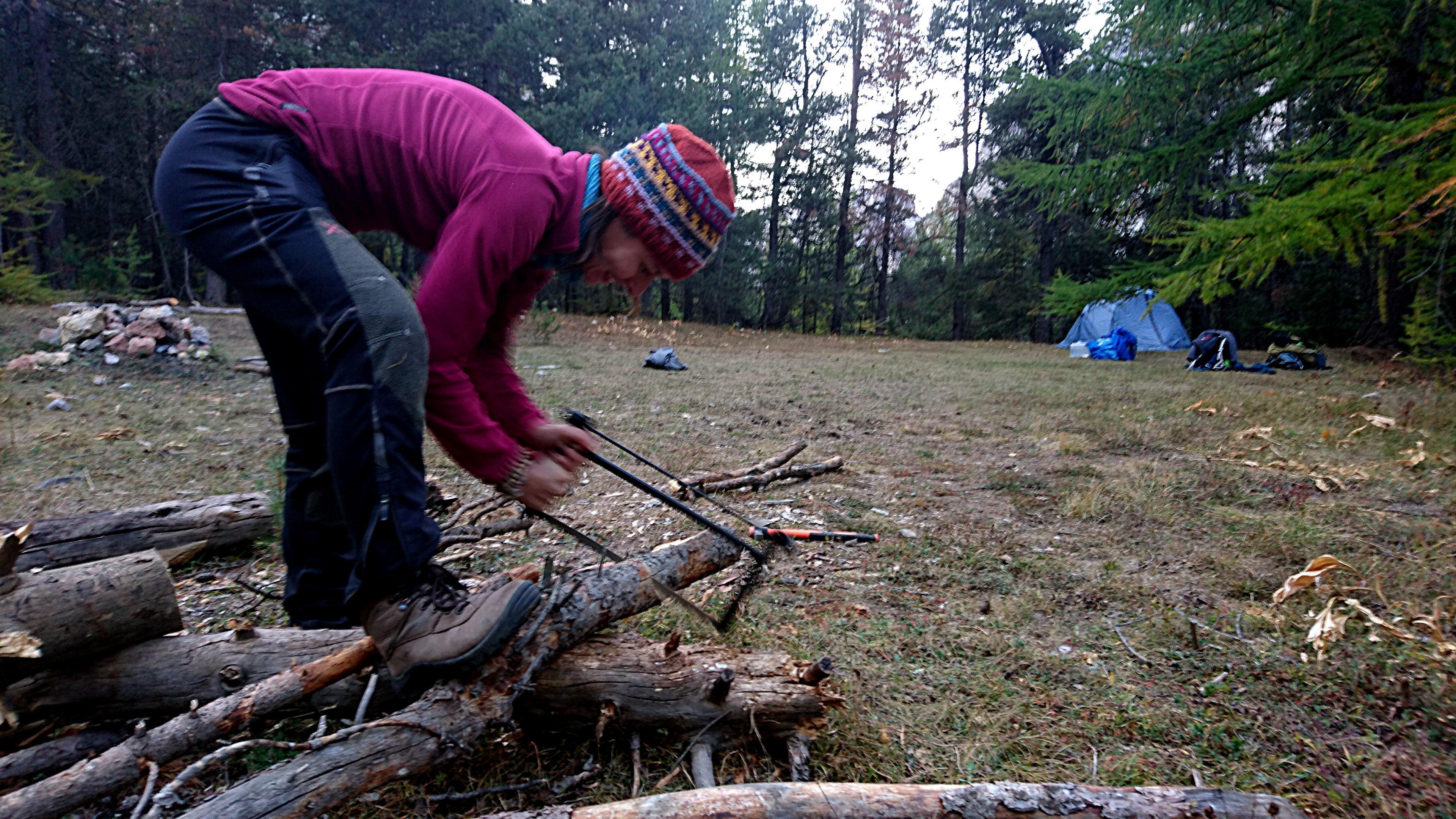 Erica si cimenta nel taglio della legna....pur non utilizzando esattamente la posizione più adatta al taglio.... ;)