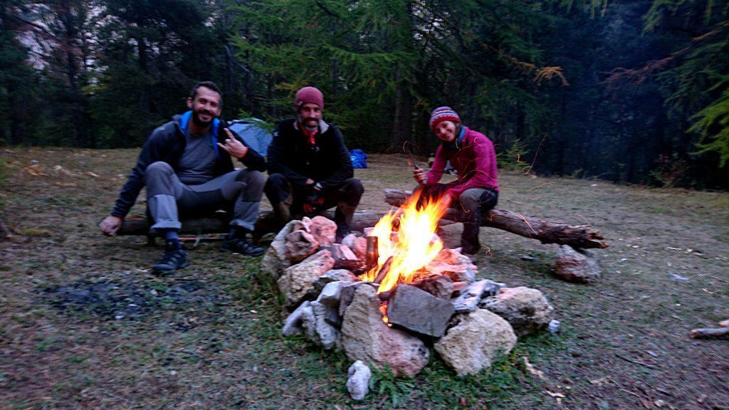 Cala la sera, il fuoco va a mille e siamo praticamente pronti a cucinare. L'umore è alto e ce la stiamo spassando non poco