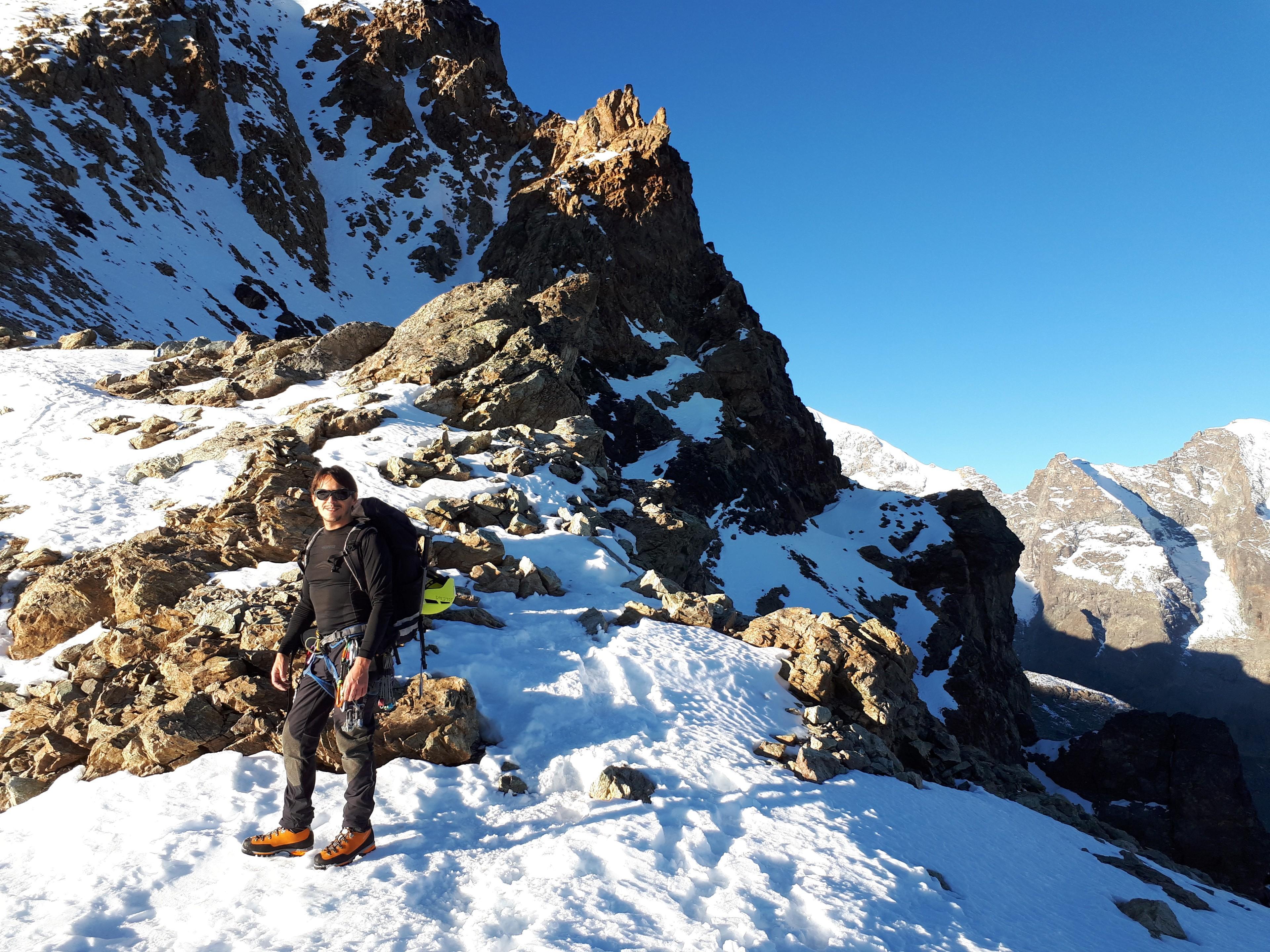 Siamo all'inizio della nostra avventura: dopo aver risalito le piste da sci, ci troviamo alle pendici del Piz Trovat dove inforcheremo i ramponi