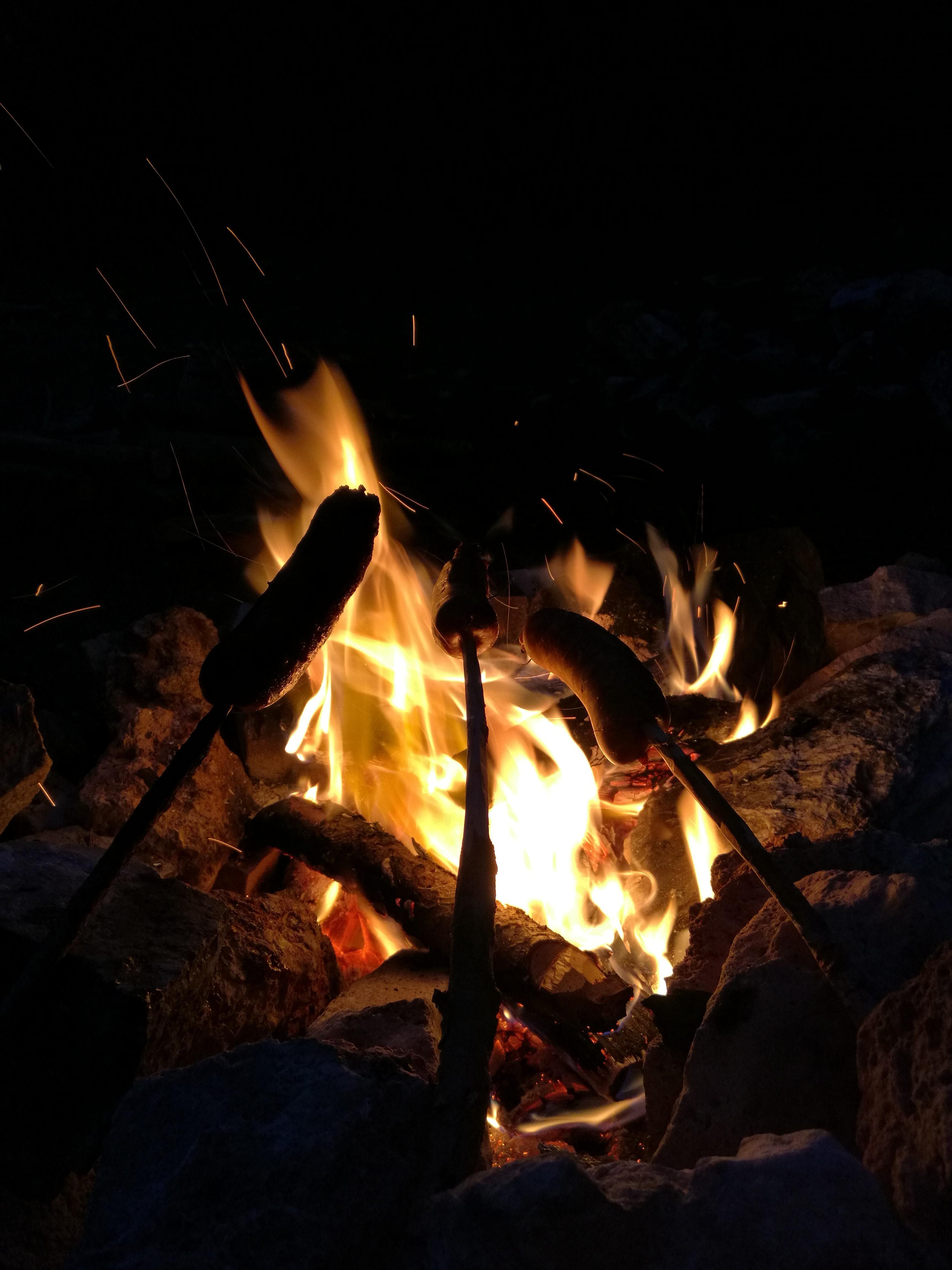 Si comincia la preparazione con salamelle alla fiamma fatte allo spiedo!