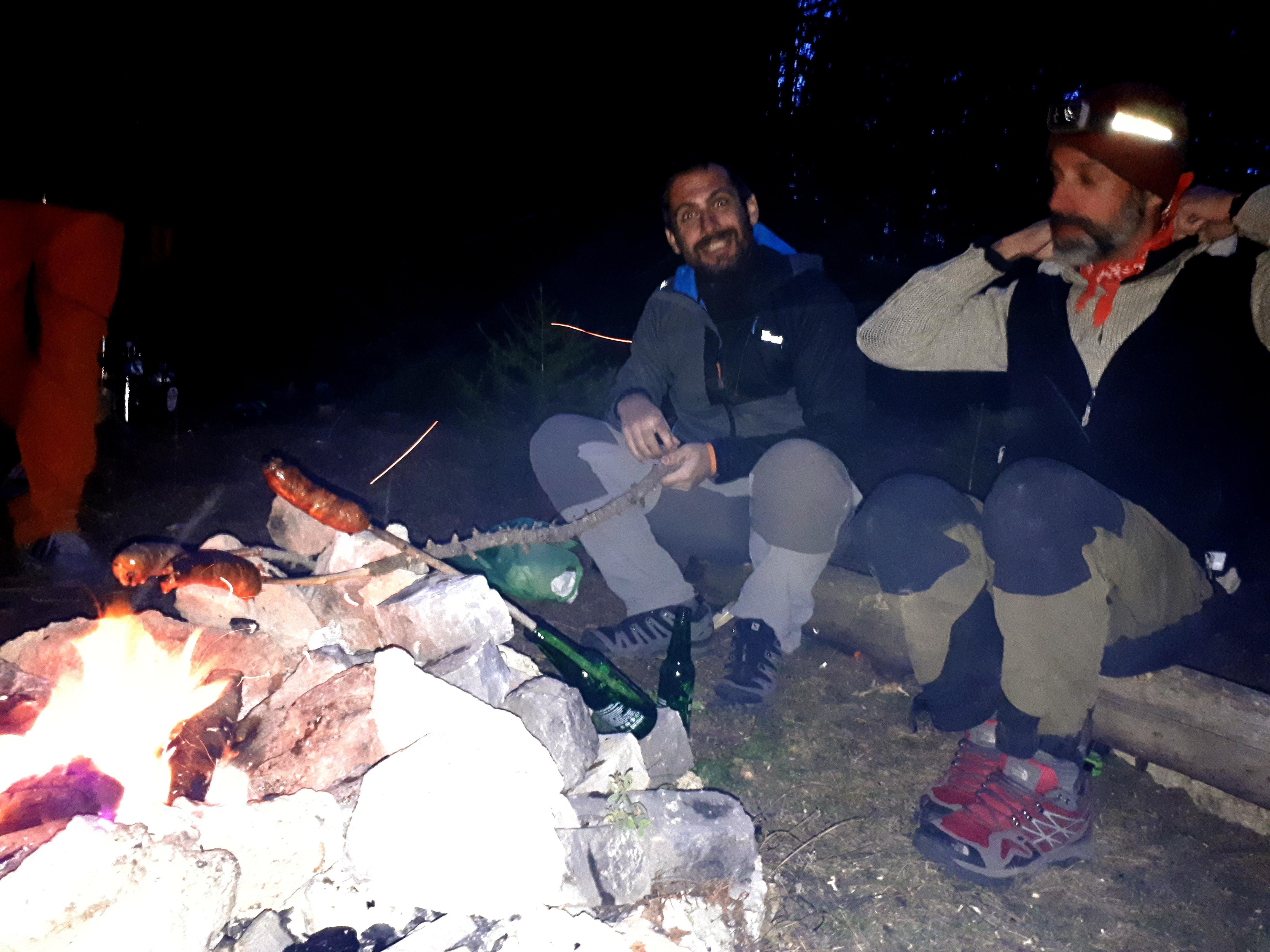 il gruppo attende la cottura delle salamelle alla fiamma