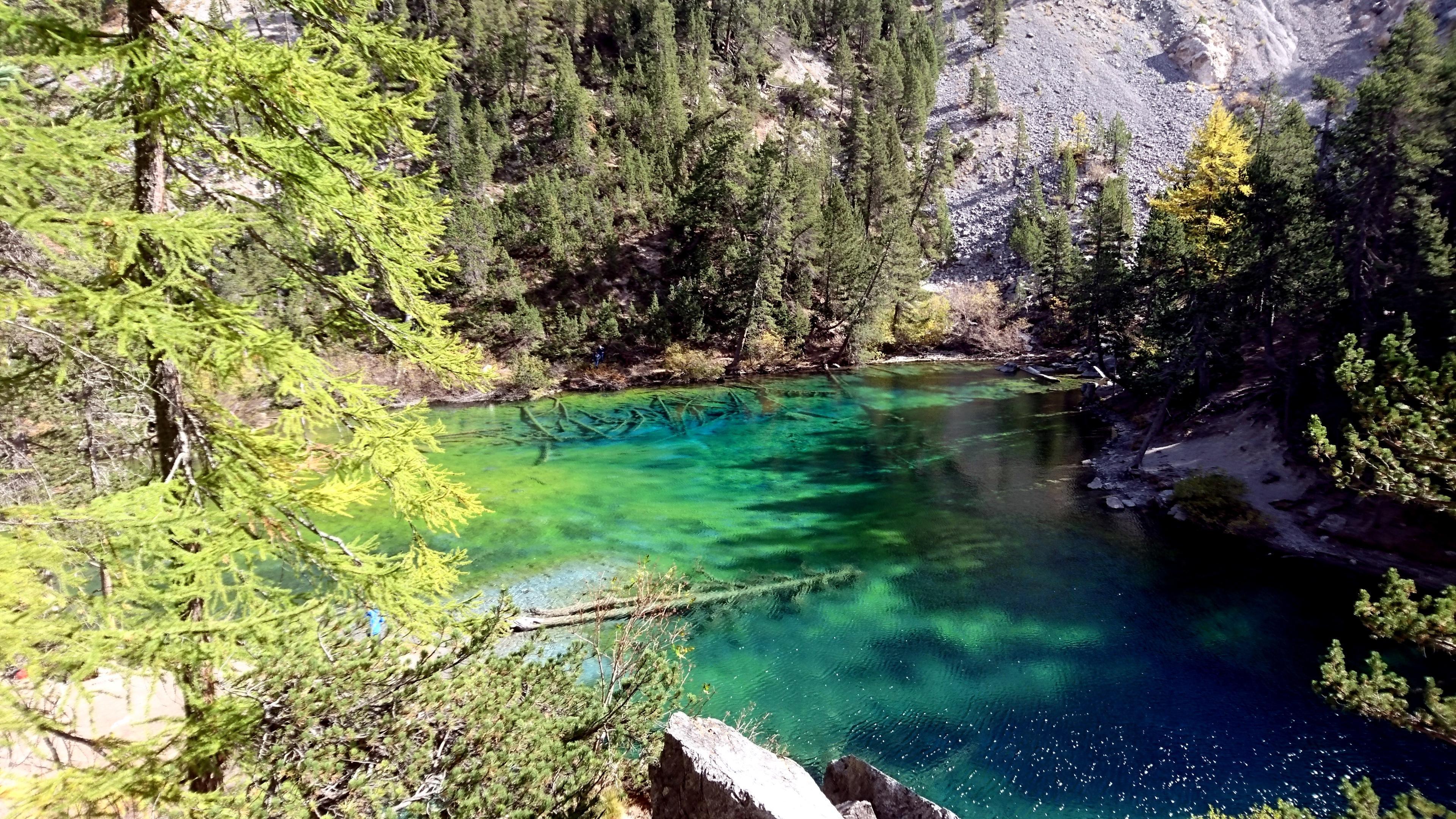 Scorcio dello splendido lago Verde, il cui colore caratteristico è dato dai licheni presenti sul fondo