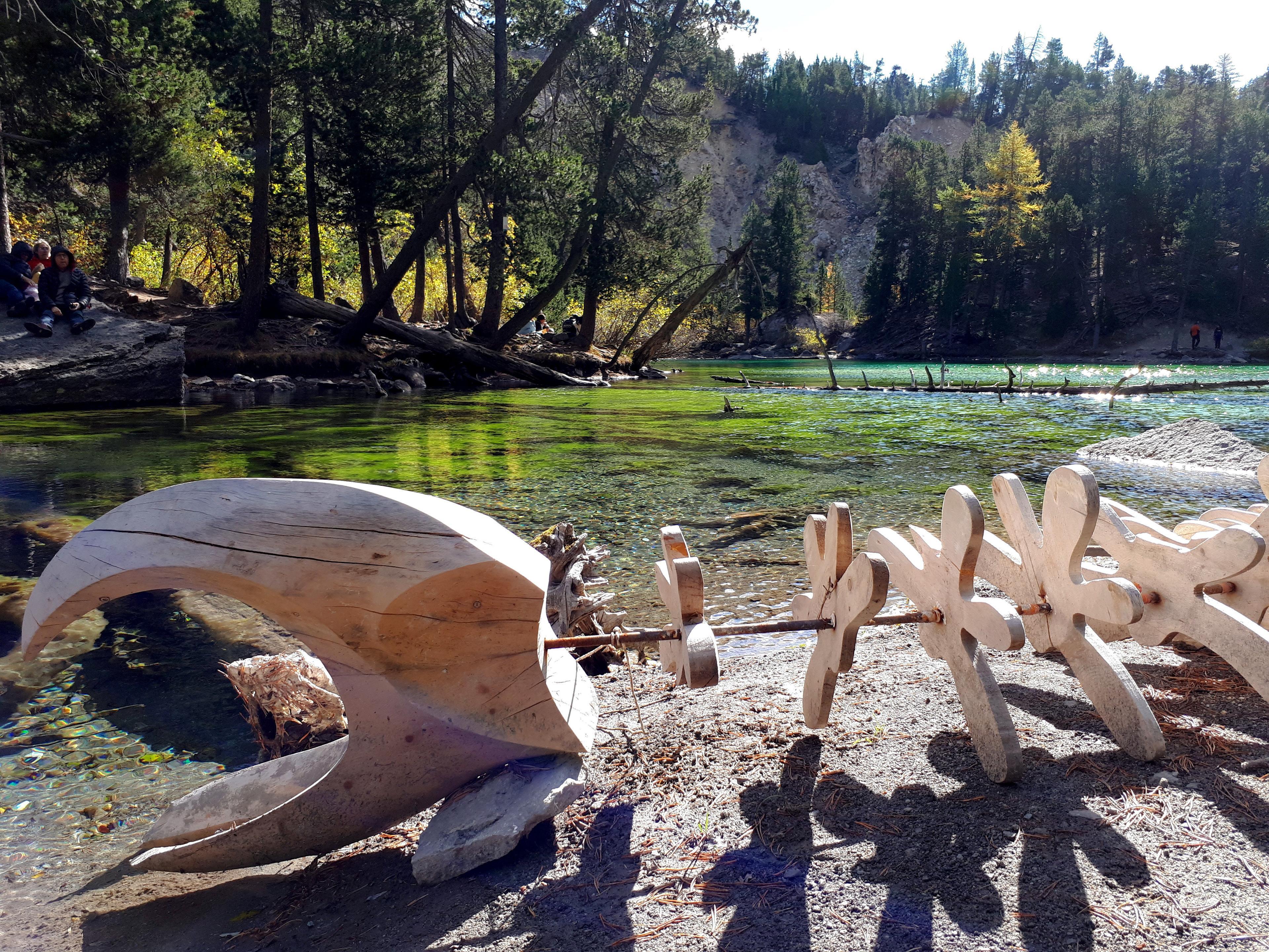 scorcio dello scheletro di balena, piccola scultura presente sulle rive del lago Verde