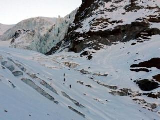 giunti alle pendici del Piz Cambrena, si inizia a salire seguendo le debolezze della montagna
