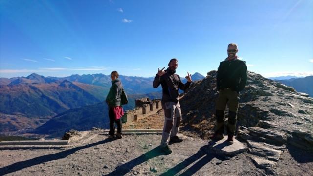 Il gruppo sulla cima dello Jafferau, a 2800mt, con l'omonimo forte visibile sullo sfondo