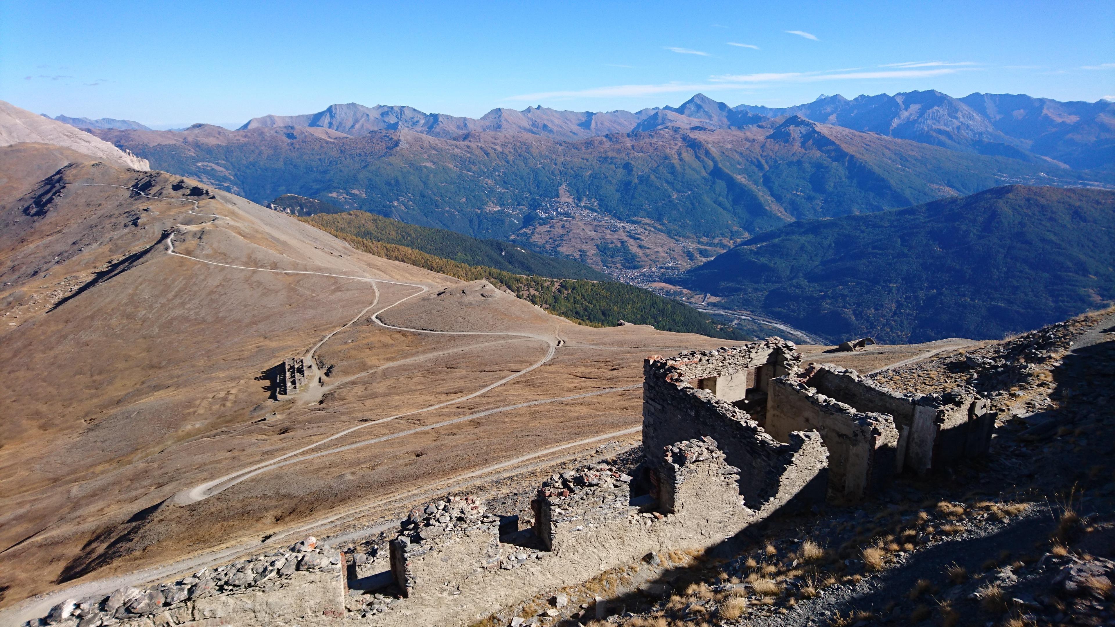 Vista dalla cima dello Jafferau. Scenderemo dal versante opposto (ovvero quello in foto) passando da altri 2 forti della guerra