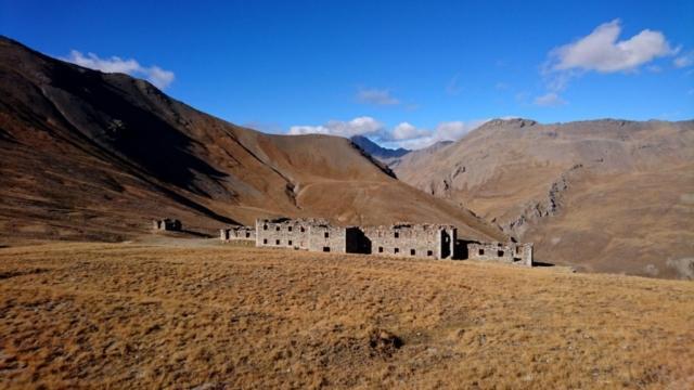 Foto del forte che si vedeva un centinaio di metri sotto la cima dello Jafferau. Da qui seguiremo un anello e torneremo fino a Bardonecchia