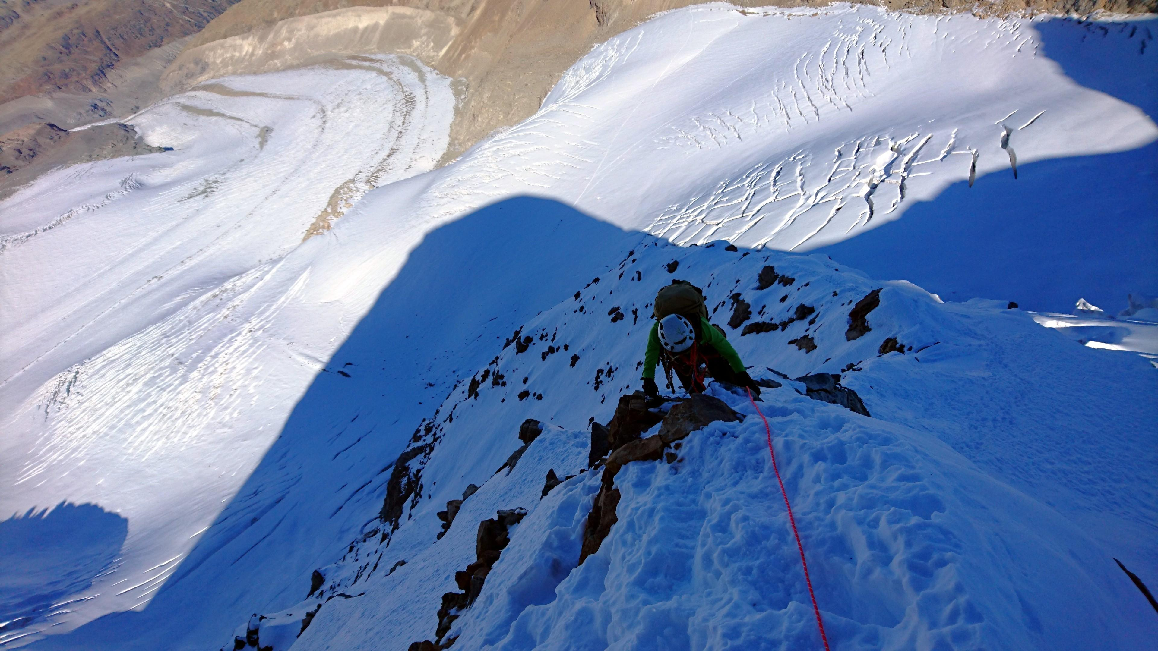 Erica tra neve e roccette lungo la cresta del Naso
