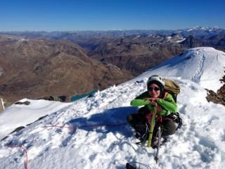 Erica soddisfatta e sorridente sulla cima del Piz Cambrena