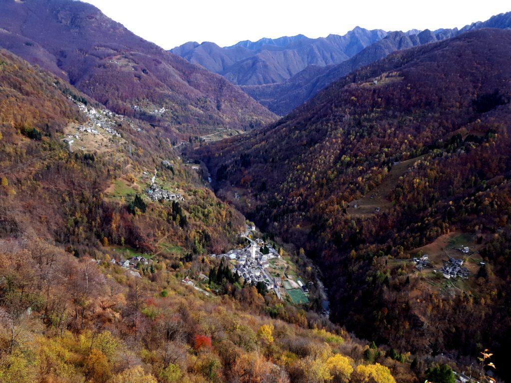 Il bellissimo paesaggio autunnale che contorna il paesino di Boccioleto
