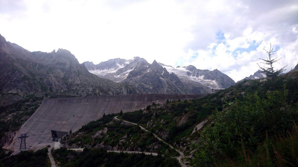 Risaliamo la stradina sterrata che porta oltre la diga con bella vista sul ghiacciaio del Recastello