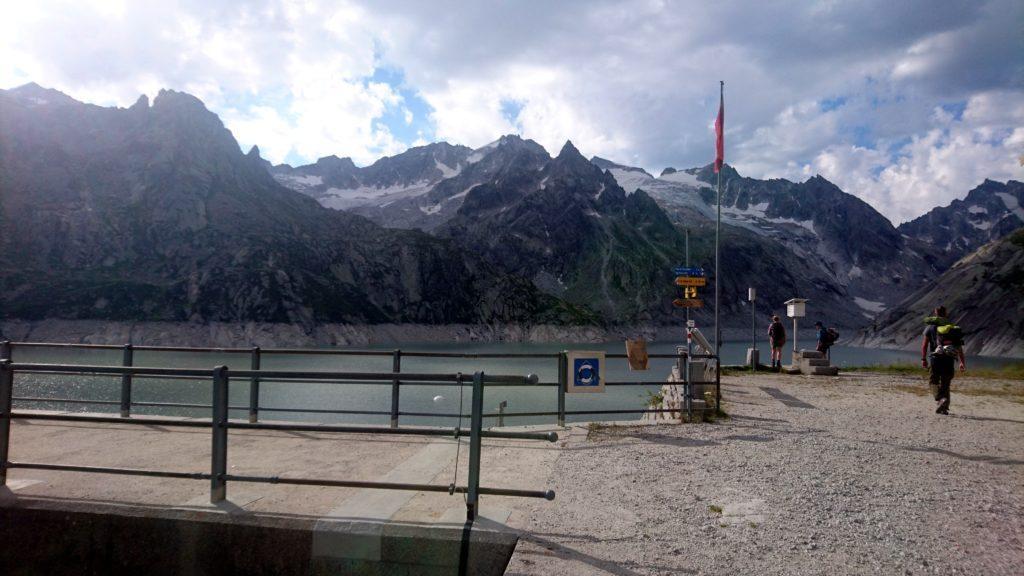 Eccoci in cima alla diga. Da qui, possiamo vedere il bel lago artificiale. Il meteo è ancora un po' nuvolo ma è dato in miglioramento