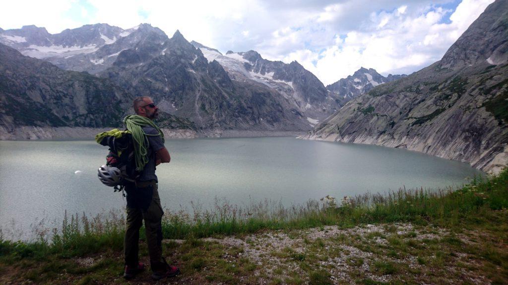 Samu studia l'accesso alla nostra via dal lago di Albigna
