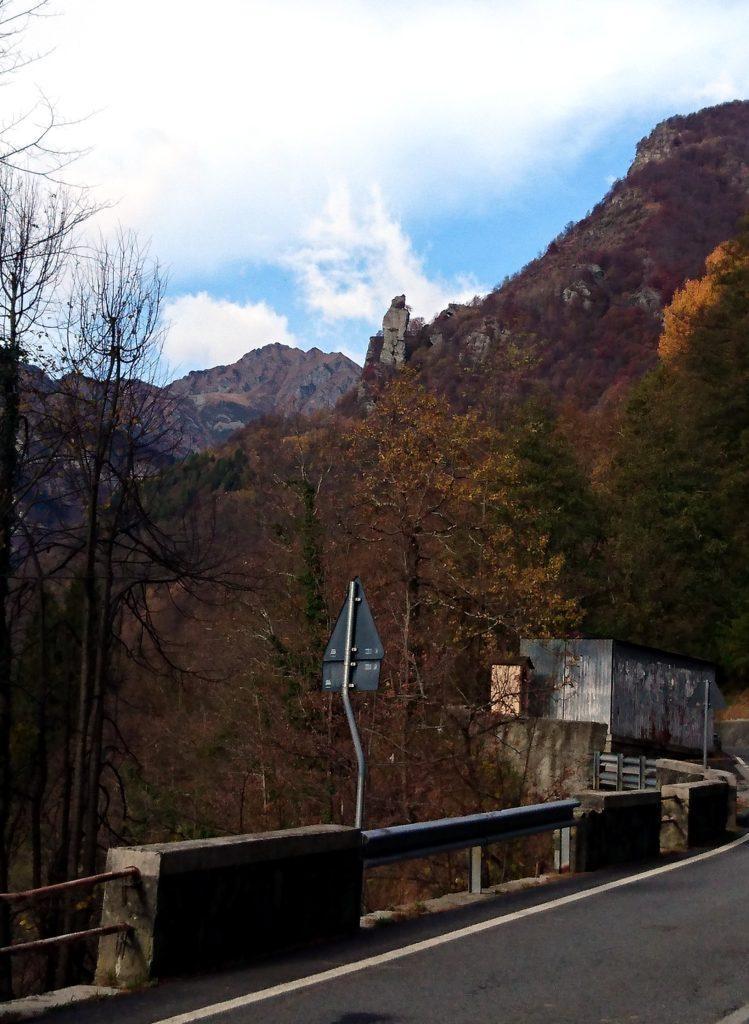 Poco prima del paese di Boccioleto, già dalla strada si può ammirare la Torre delle Giavine che svetta verso l'alto in mezzo al bosco