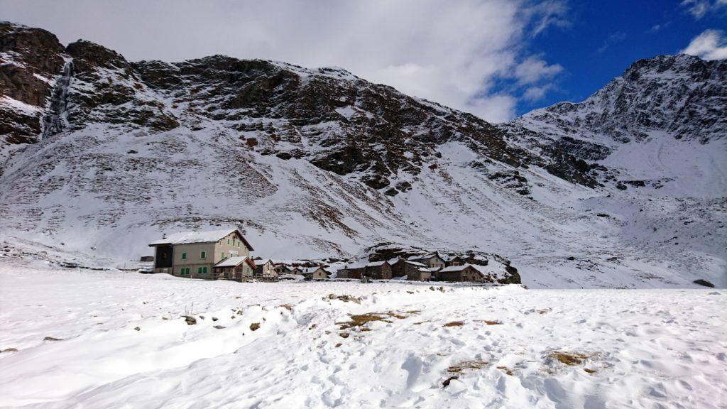 Rifugio Chiavenna e il villaggetto di piccole baite che lo accompagnano