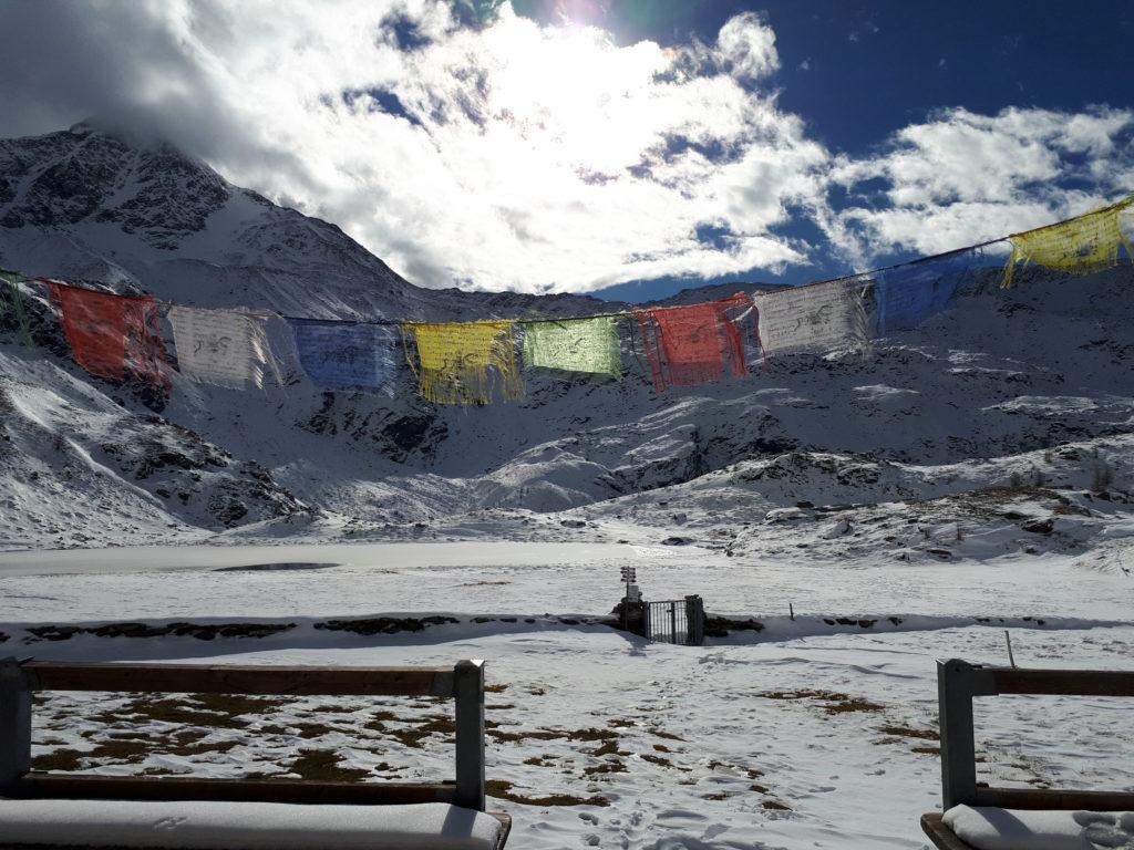 In tema di Nepal, ecco le bandierine della veranda del rifugio Chiavenna con la splendida luce della giornata