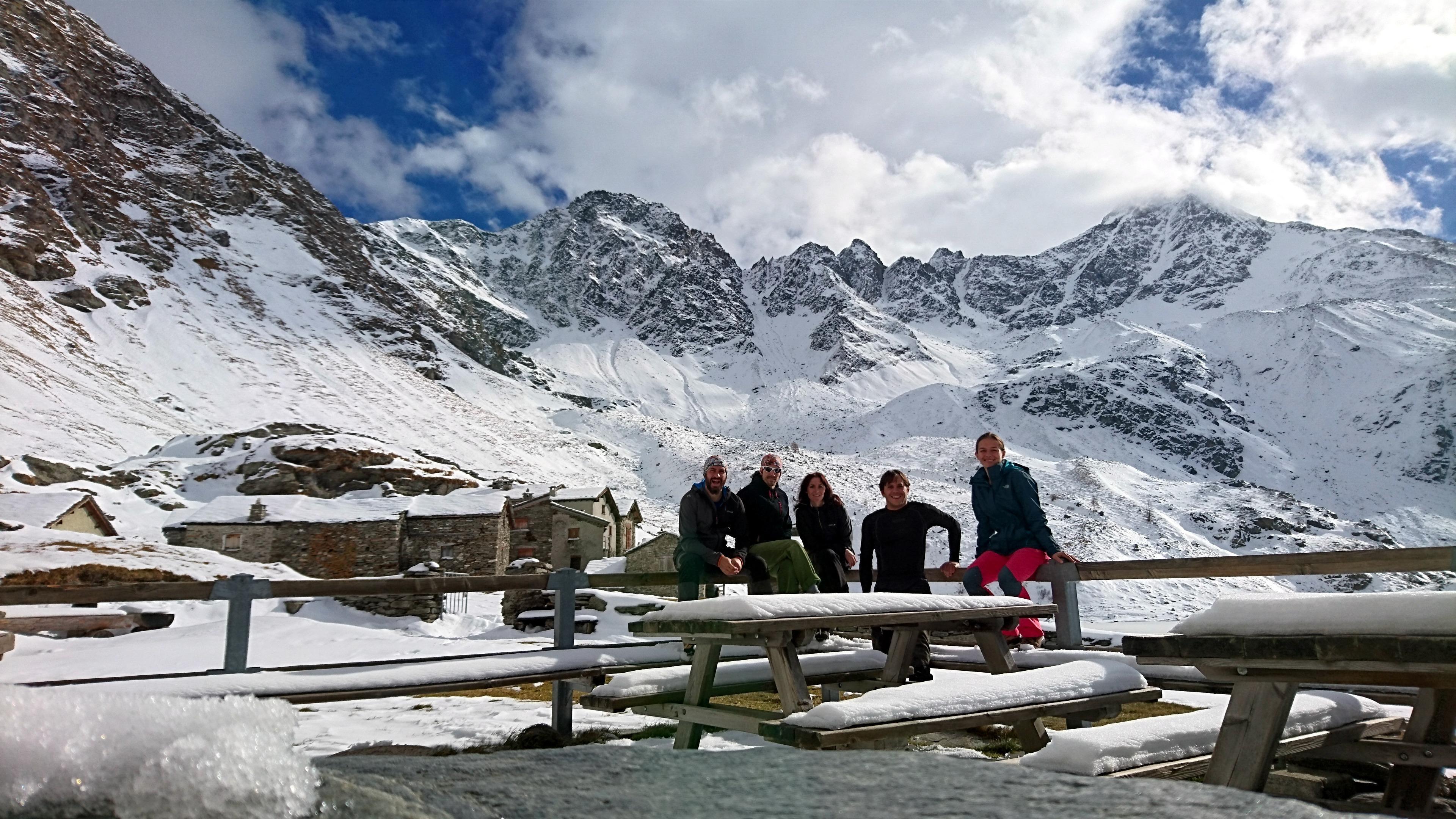 Autoscatto di gruppo dal terrazzo del rifugio Chiavenna con il Pizzo Stella e Stellina sullo sfondo