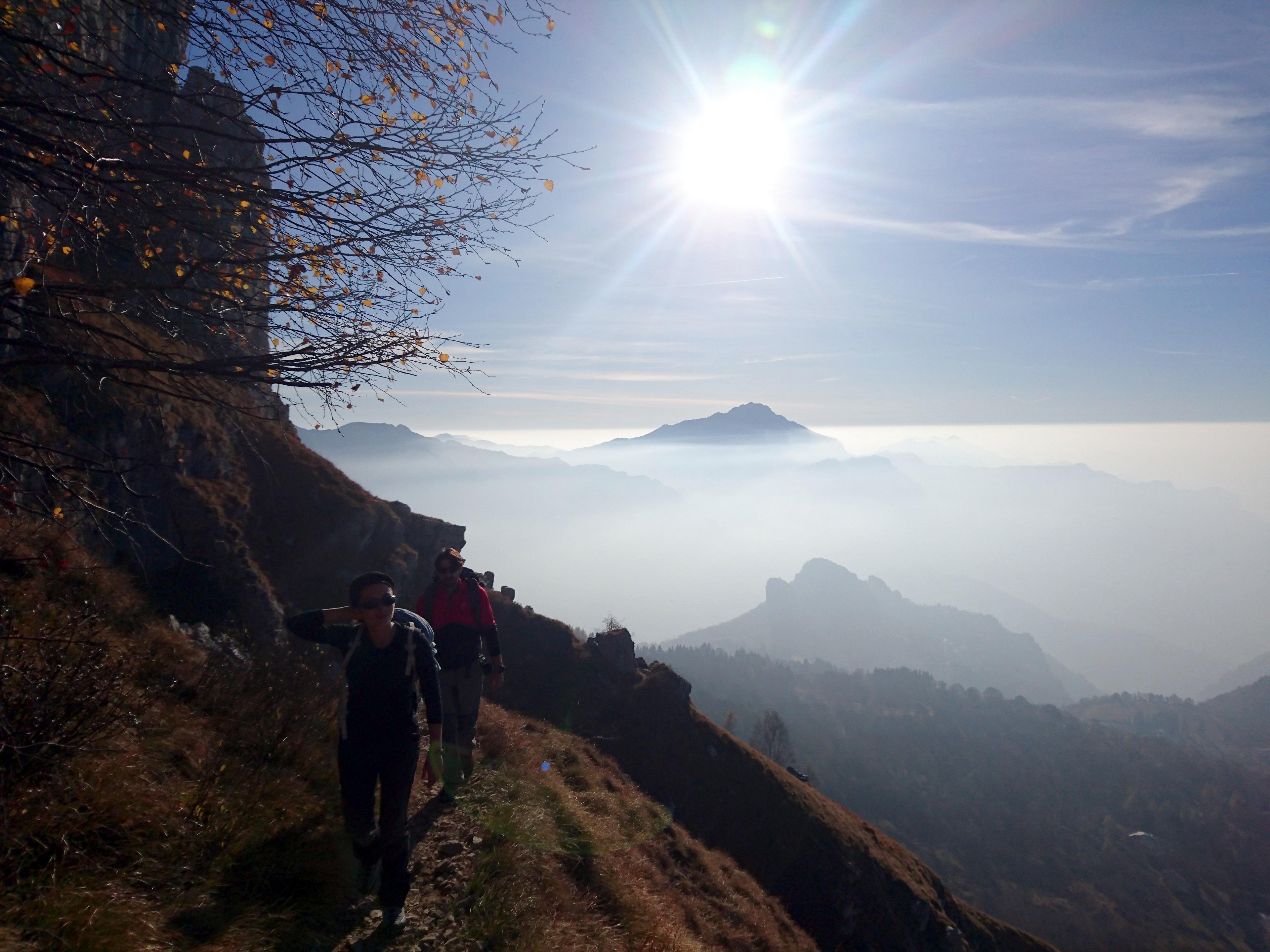 lungo la Direttissima per il Rosalba: non lasciatevi ingannare... quello dietro di noi, in pianura, è smog!