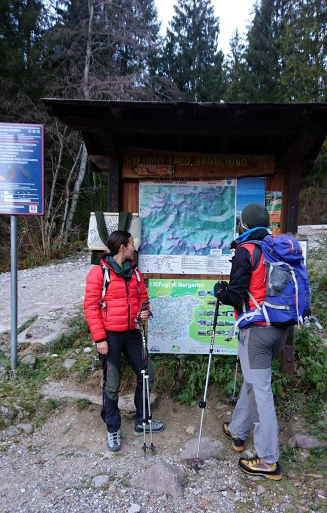 ci troviamo al parcheggio al termine della strada di Valcanale, un'occhiata alla mappa e si parte