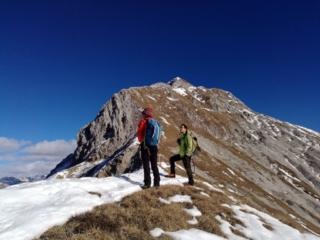 procediamo caautamente lungo la nostra cresta, in direzione Cima del Fop, stando qualche metro sotto il filo per evitare le bordate di vento: ogni tanto però ci affacciamo per goderci il ripido versante nord