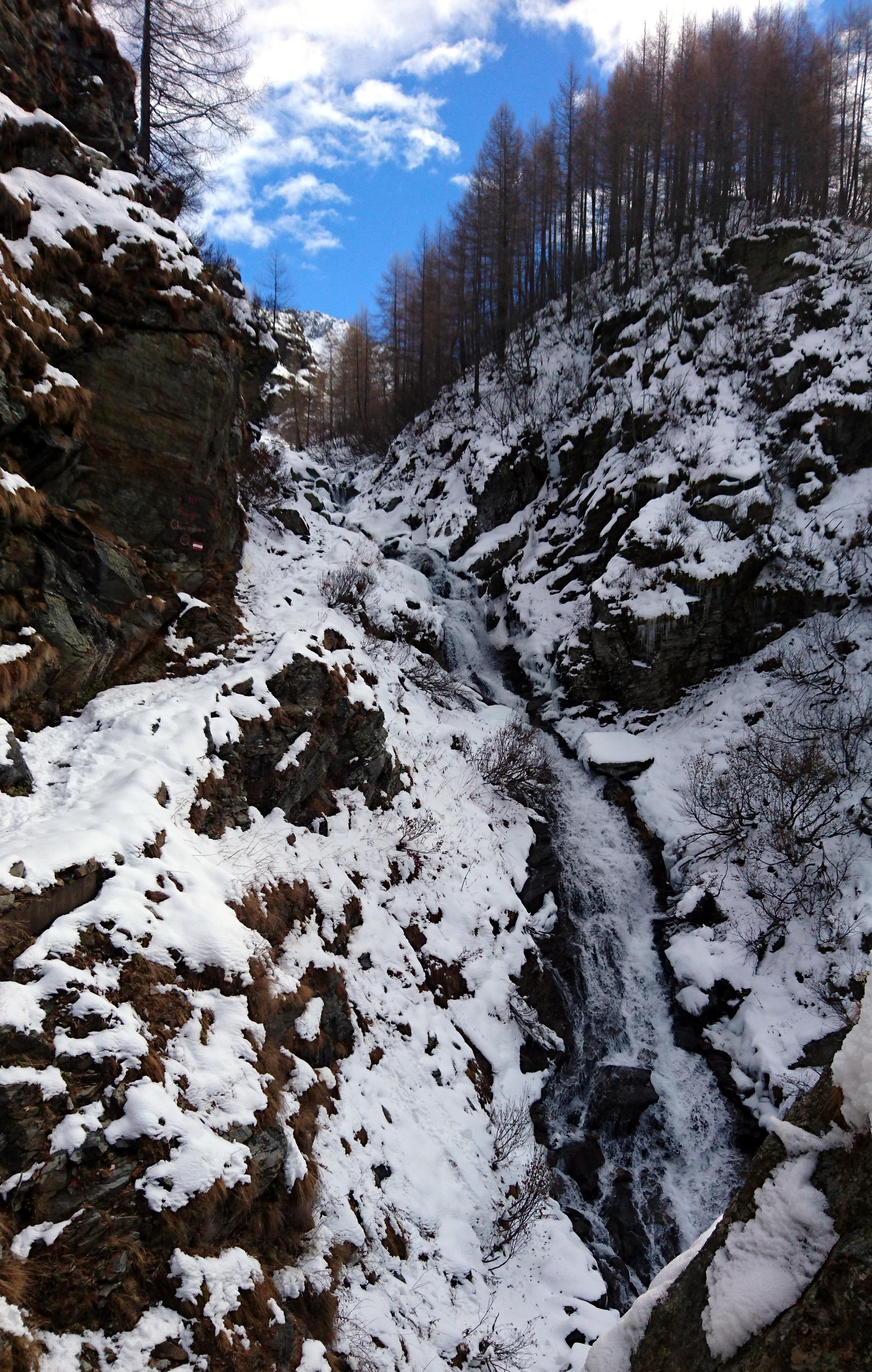 Giunti al termine della risalita verticale per tornanti, c'è da attraversare accanto a questa bella cascata