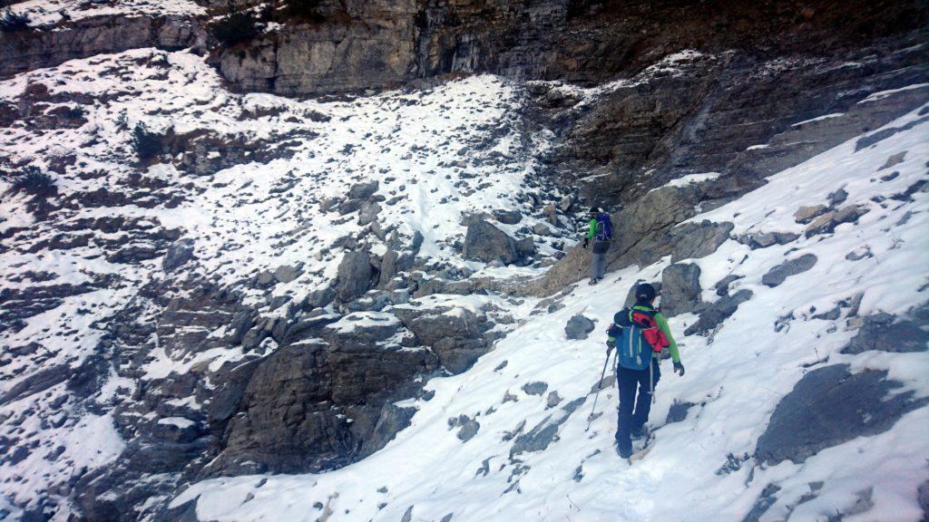 a ridosso delle pareti verticali della Cima di Valmora traversiamo verso sinistra