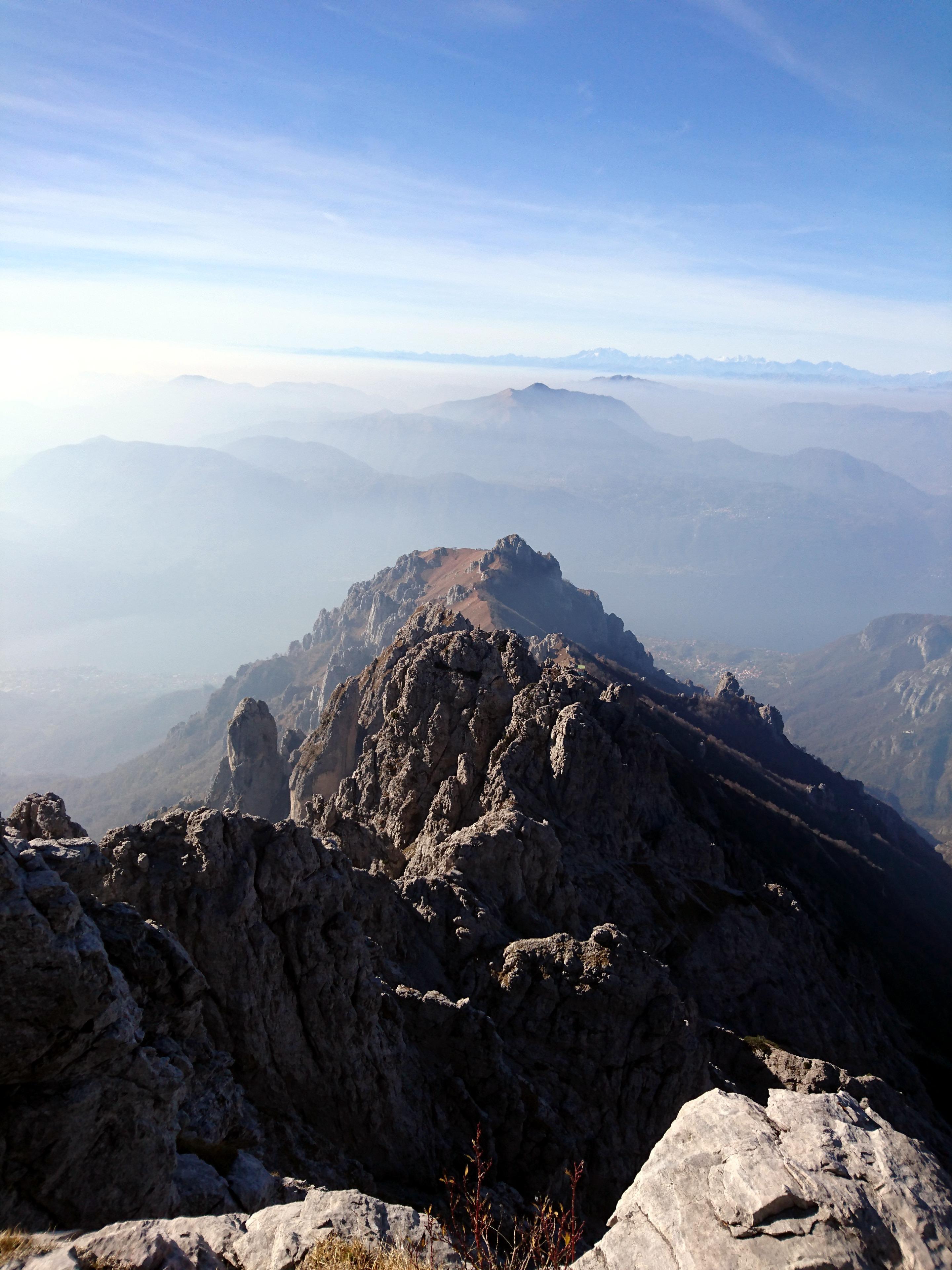 la cresta sino a qui percorsa: lontano lontano si vede il Rosalba