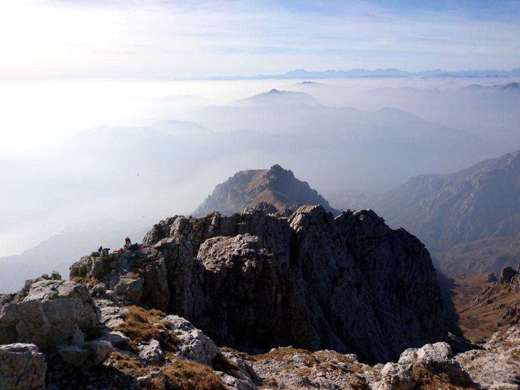 vista della Cresta Segantini dall'Anticima: sullo sfondo montagne lontane lontane