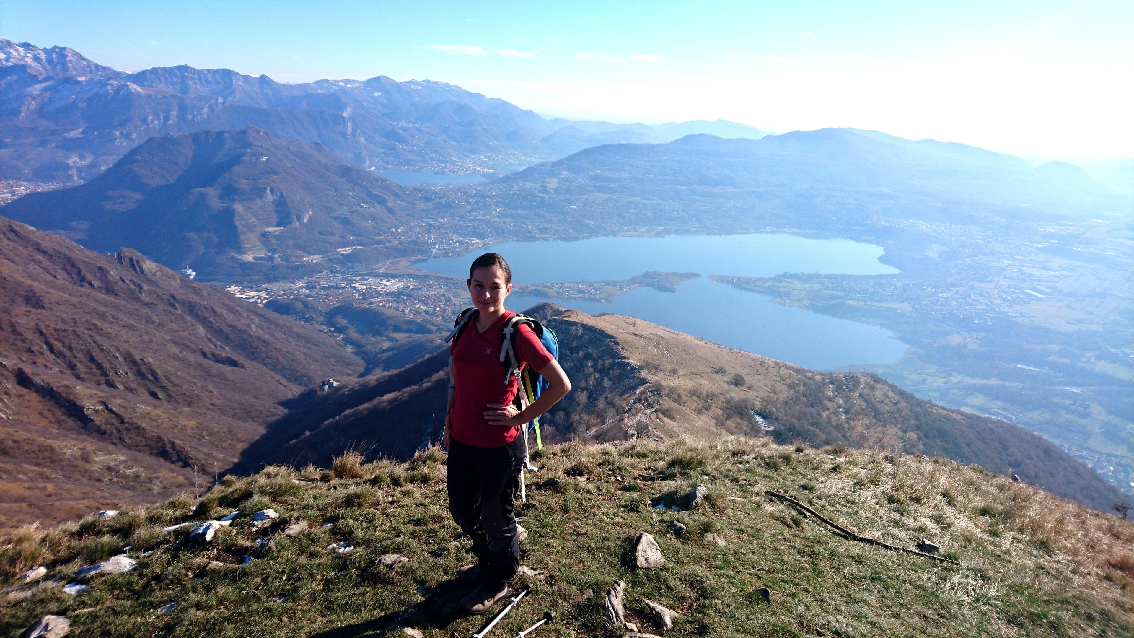 Dalla cima, guardando verso sud, si gode la vista verso i laghi Annone e Garlate e verso la cima del Monte Barro