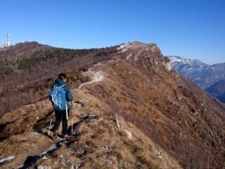 Per la via di discesa decidiamo di fare un'anello, così dal rifugio seguiamo brevemente la cresta verso il monte Rai e poi ci buttiamo giù in Val de la Porta