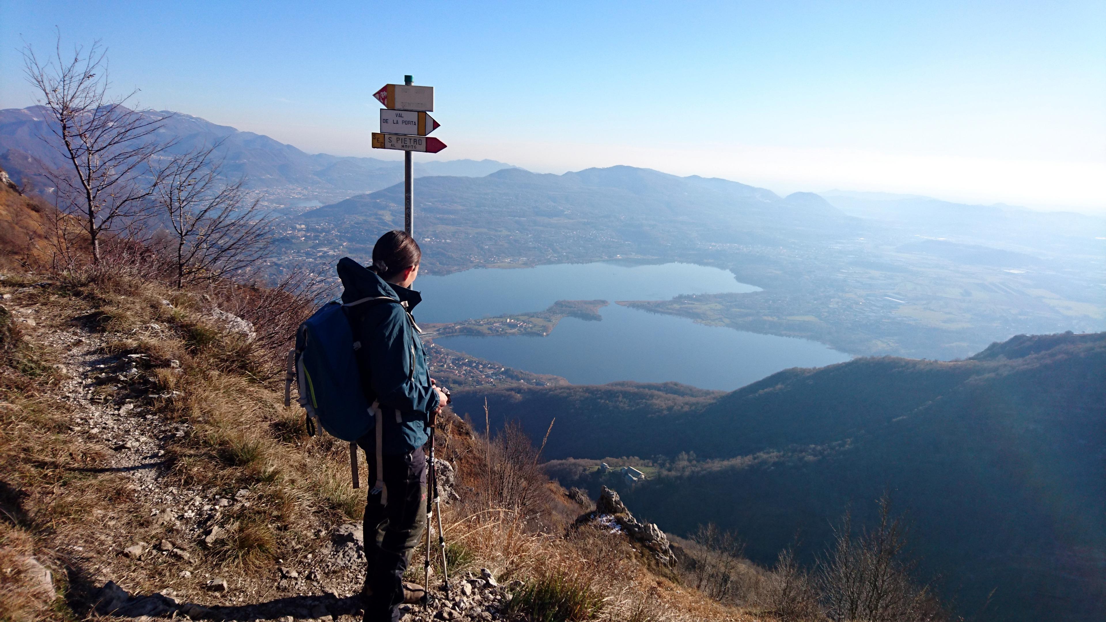 Volendo, si potrebbe proseguire e andare verso la cima del monte Rai, ma siamo pieni come delle bestie e preferiamo affrontare il processo digestivo in discesa... ;)
