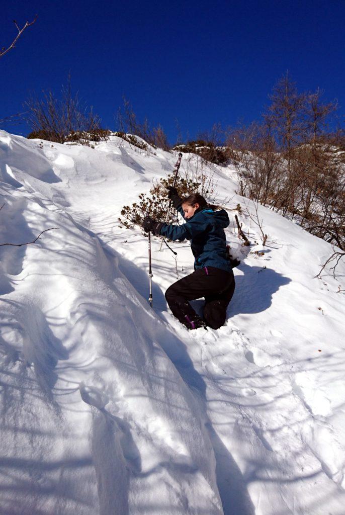 Per guadagnare la cresta si sfonda negli accumuli nevosi fino quasi alla vita