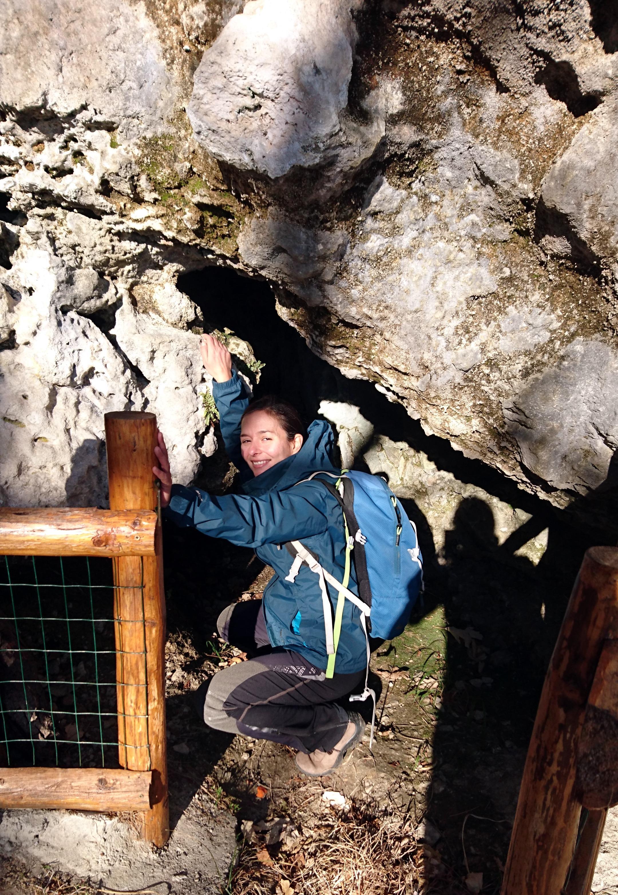 Una piccola grotta lungo il sentiero di discesa. Riusciamo ad entrare solo per qualche metro. Poi si stringe e molliamo il colpo