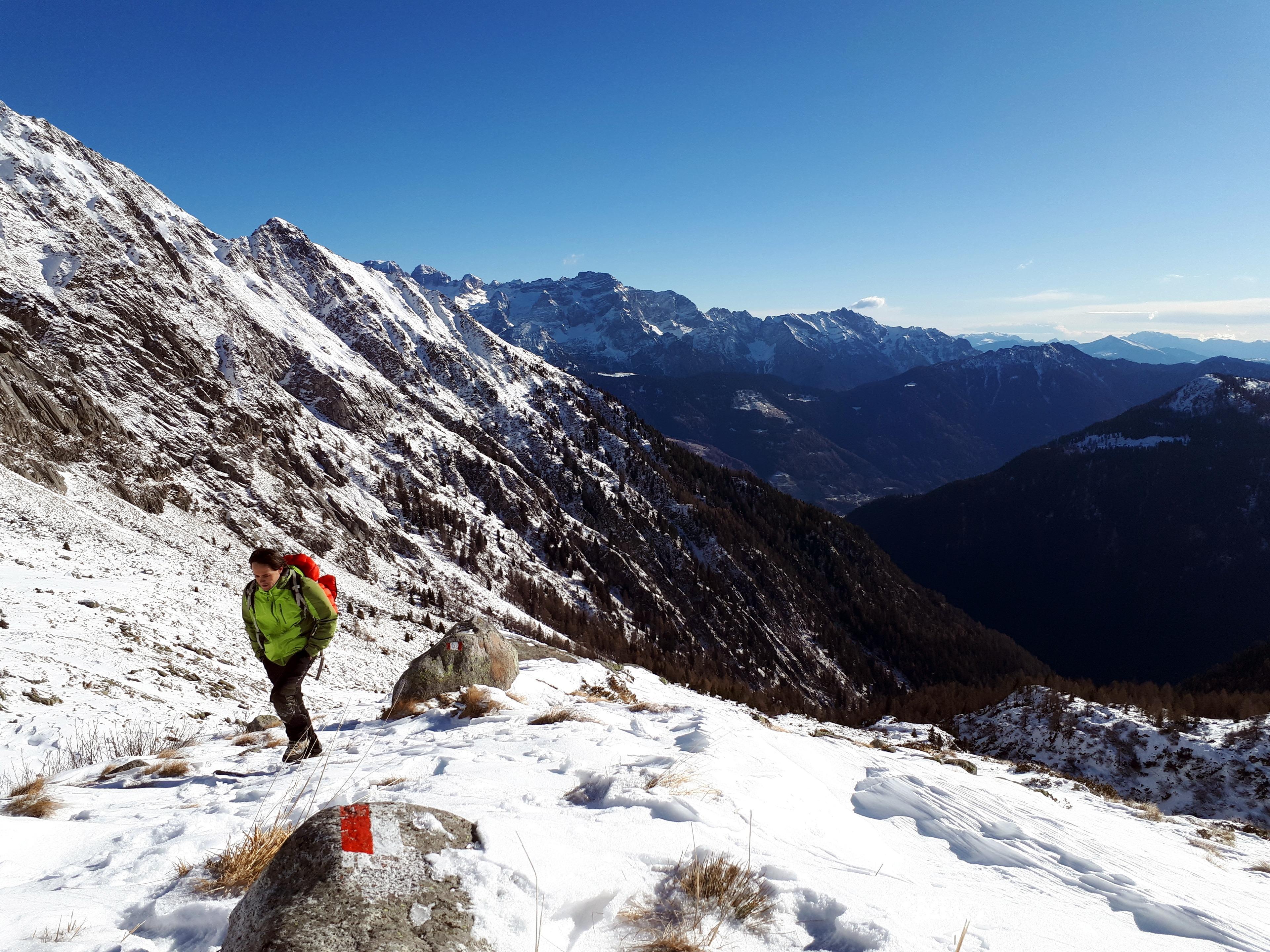 Ultimi metri per guadagnare il bivacco. Dietro di noi la parte più meridionale delle Dolomiti di Brenta
