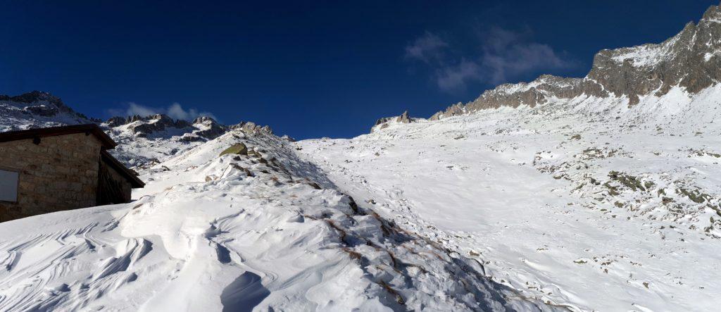 Panorama del Bivacco Roberti e del proseguo della Val Nardis