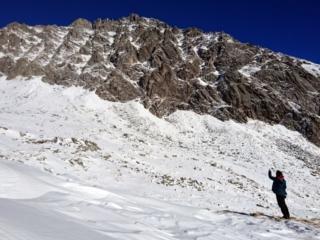 Accanto al bivacco si vede la cima Segantini. Alla sua sinistra, un po' più a monte, si può svalicare verso la val d'Amola attraverso il passo dei 4 cantoni