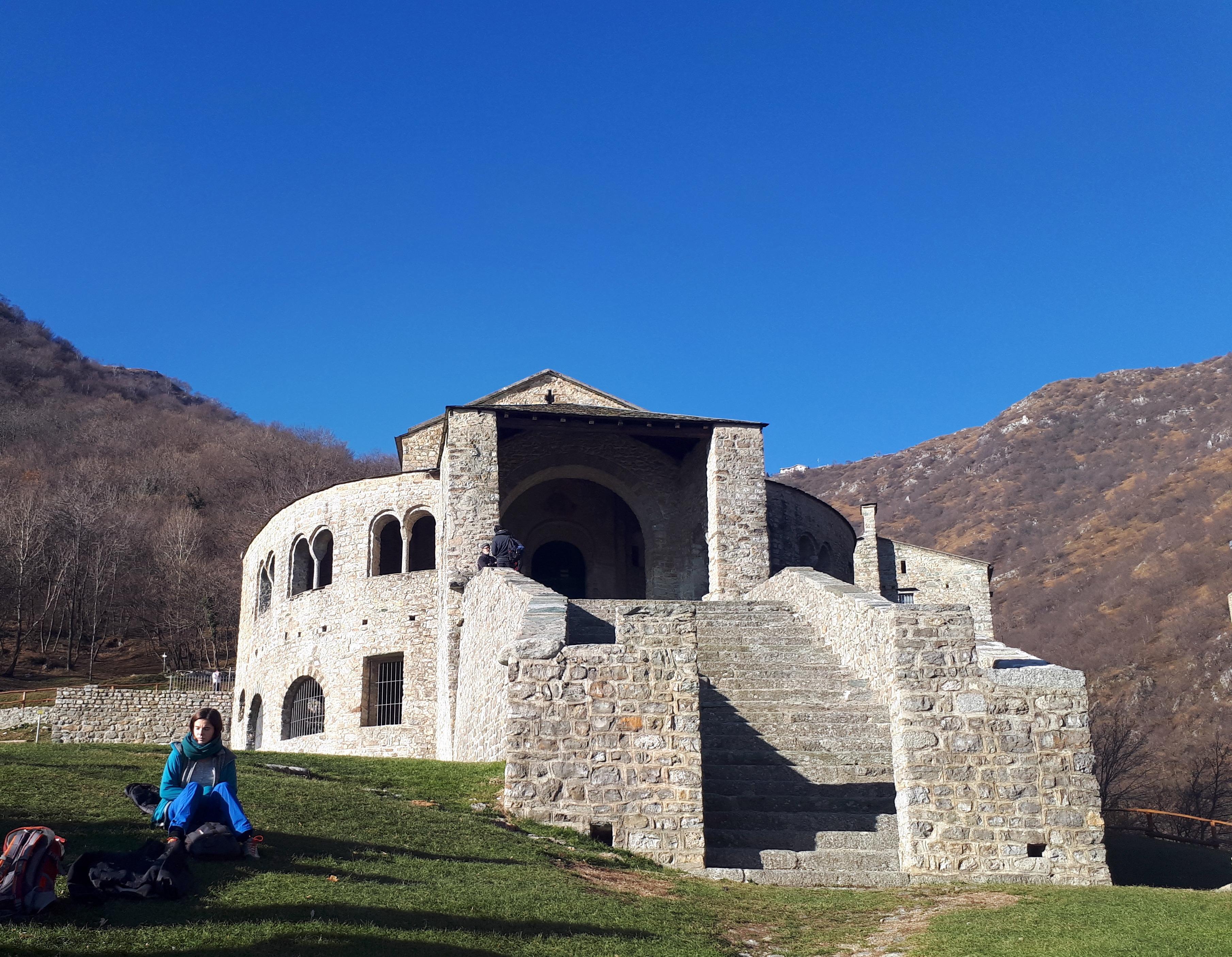 Il gigante edificio monastico con il suo bel pratone di contorno