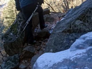 A tratti la salita nel bosco presenta qualche punto ghiacciato, ma niente di difficile
