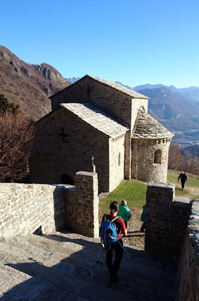 lungo la scalinata principale del monastero di San Pietro al Monte