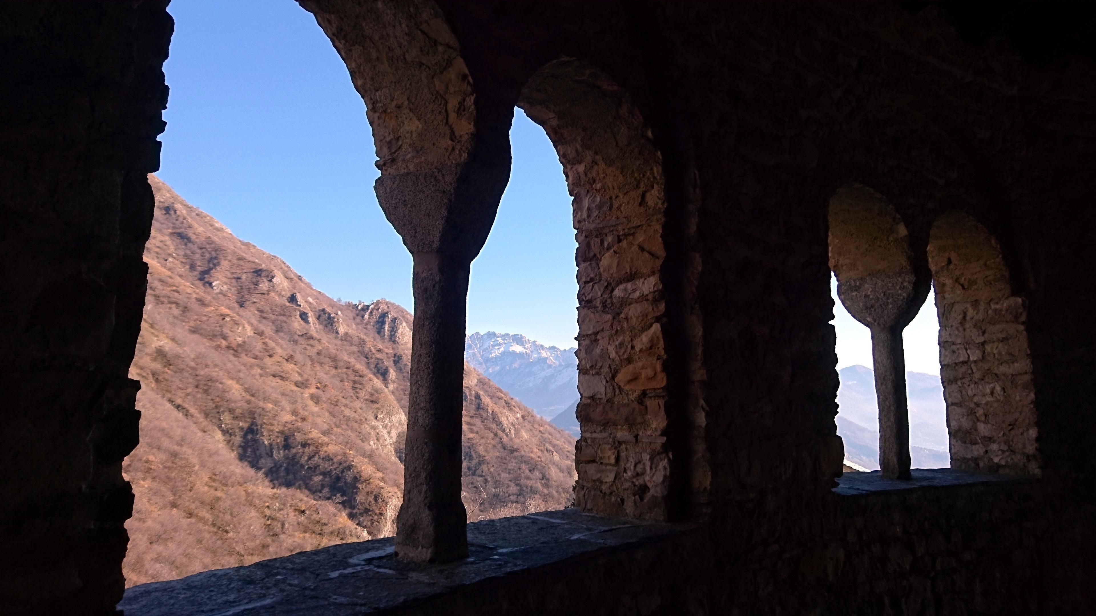 Dagli archi si scorgono sullo sfondo le cime del Resegone