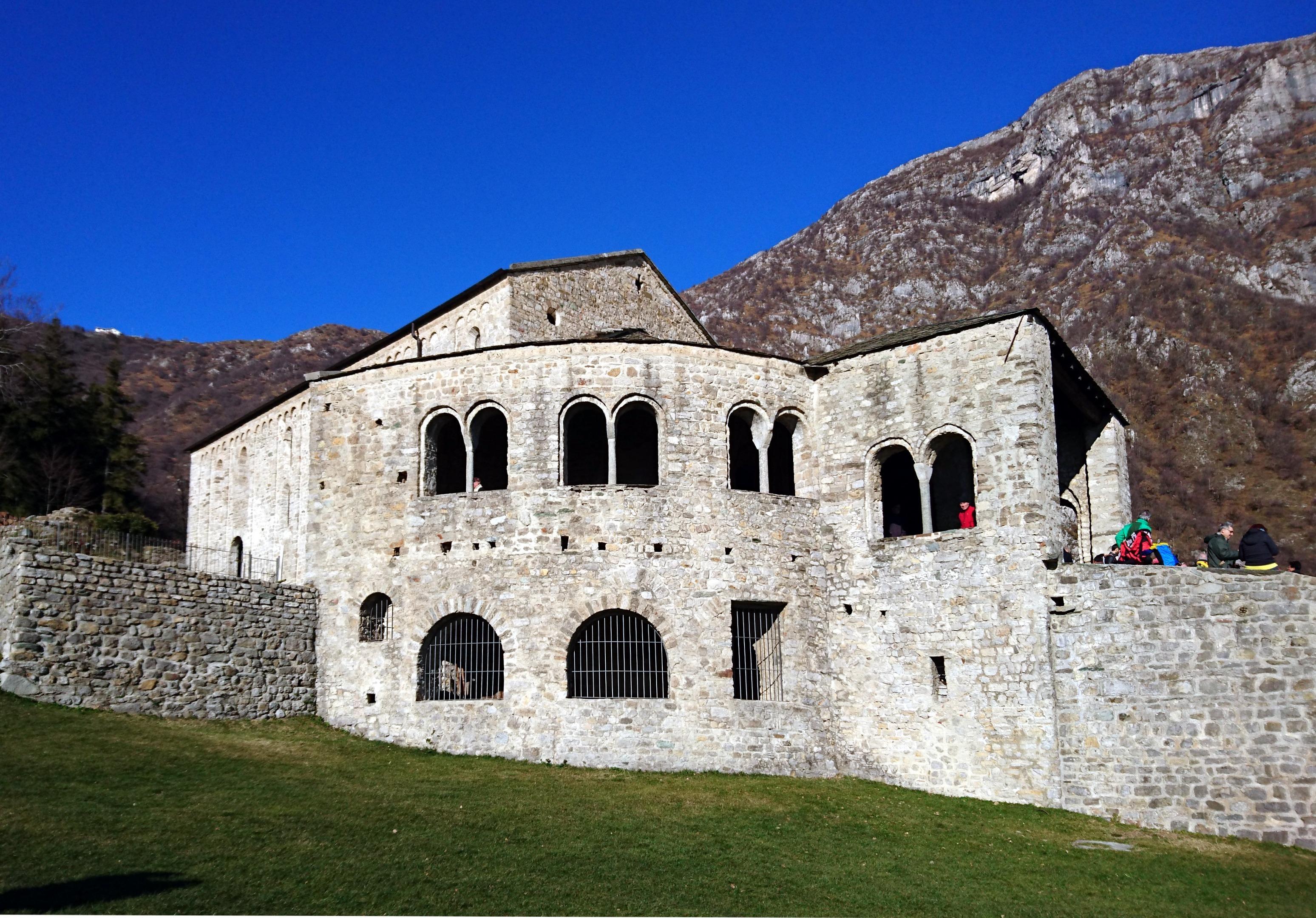 Un'ultima occhiata al monastero di San Pietro al Monte e poi riprendiamo la salita verso la cima e il rifugio