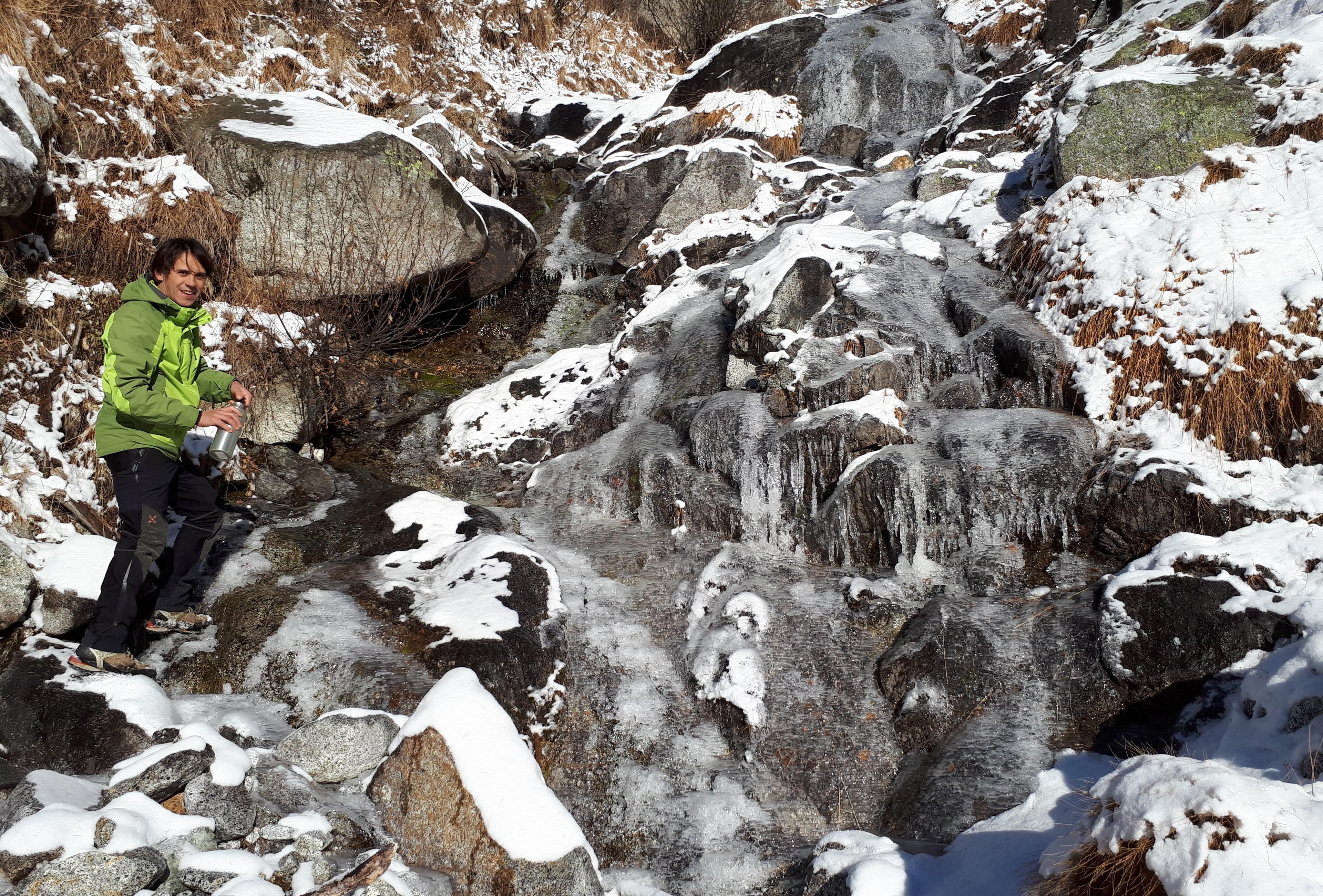 Questo attraversamento su ghiaccio non sarà banale. Una volta superato cerco di fare un po' di acqua rompendo il ghiaccio qua e là