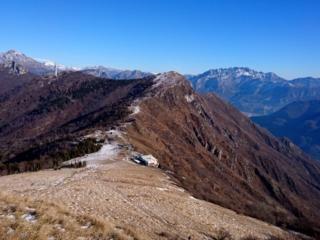 Vista del rifugio Marisa Consigliere dalla cresta del monte Cornizzolo