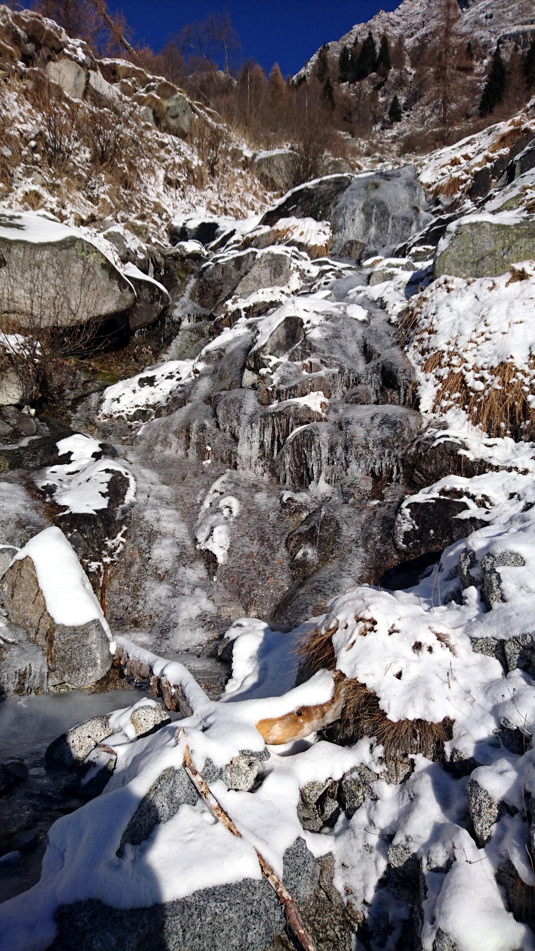 La cascatella che va attraversata per proseguire verso la parte superiore della valle